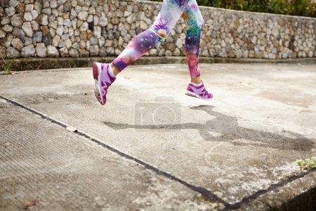 Photo pour Concept de gens, sports, remise en forme et la santé. Recadrée portrait d'athlète femme portant des jambières élégants faire cardio exercices en cours d'exécution sur la journée d'été ensoleillée, ombre coulée sur le trottoir en béton - image libre de droit