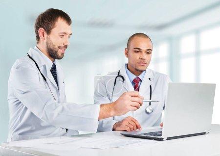 Photo pour Équipe de médecins parlant expertise à l'hôpital - image libre de droit