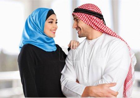 Photo pour Heureux couple arabe musulman regardant l'autre - image libre de droit