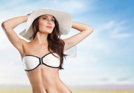 Photo pour Belle femme en maillot de bain à la mode. Un look sexy. Fille en maillot de bain . - image libre de droit