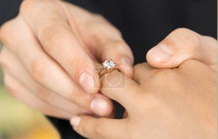 Photo pour Fermer Mariage Mettre l'alliance sur la mariée - image libre de droit