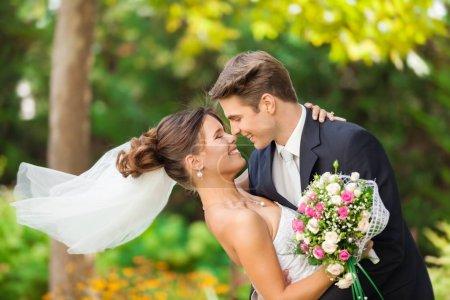 Photo pour Heureux jeune couple marié - image libre de droit