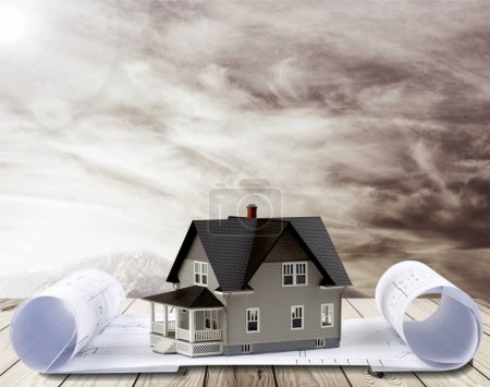 Photo pour Modèle de maison classique et le plan sur backgrouund - image libre de droit