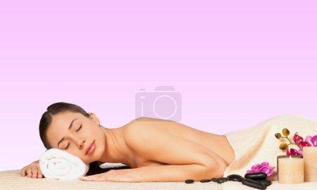 Photo pour Belle jeune femme relaxante avec massage au spa de beauté - image libre de droit