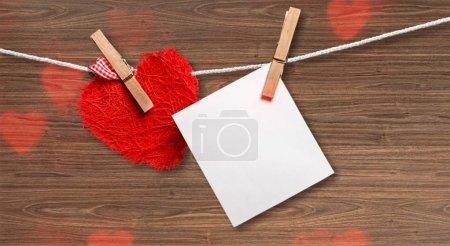 Photo pour Fond Saint-Valentin avec coeur rouge et carte vide . - image libre de droit