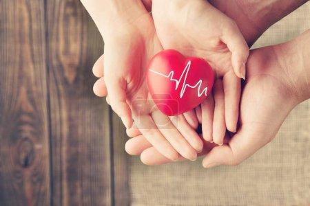 Photo pour Gros plan coeur rouge en mains, aime beaucoup le concept - image libre de droit