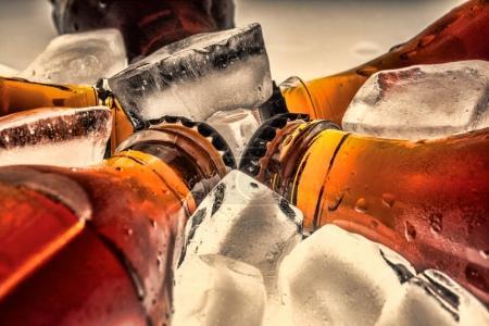 Photo pour Bouteilles en verre de soude dans un glaçon réfrigéré sur un fond clair. Photo vintage rétro style ancien . - image libre de droit