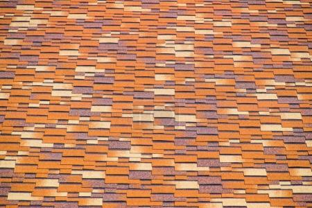 Photo pour Toit de bardeaux bitumineux multicolores. Bardeaux de bitume à motifs - image libre de droit