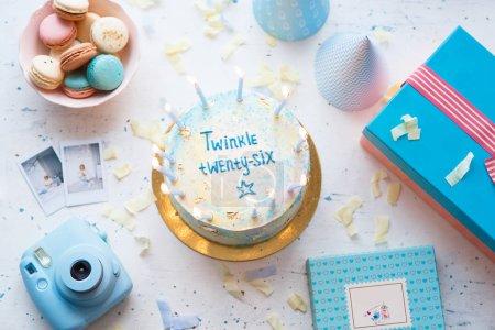 Photo pour Macarons français doux et beaux avec coffret cadeau. Concept d'anniversaire - image libre de droit