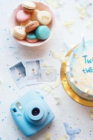 Photo pour Magnifique macaron français avec boîte cadeau et gâteau. Concept d'anniversaire - image libre de droit