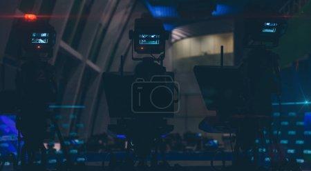 Photo pour Caméras de télévision dans une salle de presse vide gros plan - image libre de droit