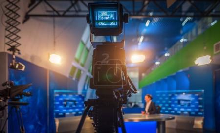 Photo pour Enregistrez le journal principal de la salle de presse dans la soirée - image libre de droit