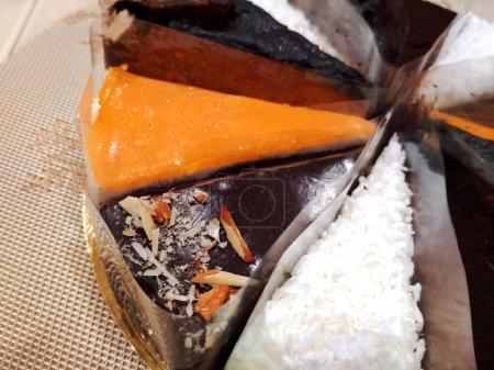 Photo pour Sweet Birthday souffle au chocolat naturel gâteau au fromage gâteau aux fruits ensemble de délicieux desserts photo - image libre de droit