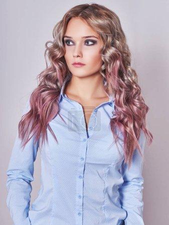 Foto de Chica con colores saludables hair.sexy joven con trensy rizado peinado de salón de belleza - Imagen libre de derechos