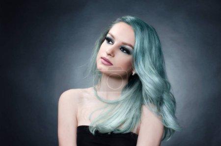 Photo pour Belle jeune femme aux cheveux bleus. portrait de mode. modèle de beauté de cheveux colorés - image libre de droit