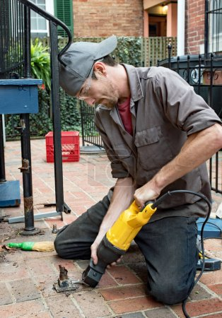 Photo pour Travailleur de la construction à l'aide de scie pour couper les vieux, rouillé Mont bride. - image libre de droit
