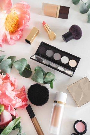 Photo pour Ensemble de cosmétiques décoratifs sur table blanche - image libre de droit