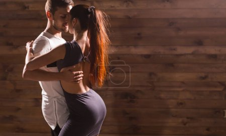 Foto de Adultos activos felizes bailando bachata juntos en clase de baile. - Imagen libre de derechos
