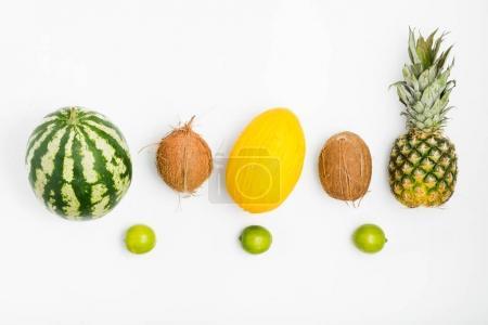 Foto de Conjunto de diferentes frutas sobre un fondo blanco. Sandía, coco, melón, limón y piña. Vista superior. La endecha plana. Fondo de verano - Imagen libre de derechos