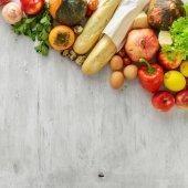 """Постер, картина, фотообои """"Установить границы деревянными фоне сырой пищи, вид сверху. Здоровая пища"""""""