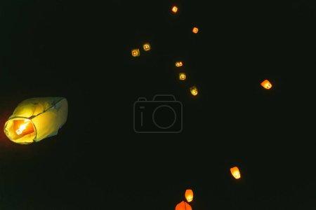 Lanternes chinoises dans le ciel nocturne