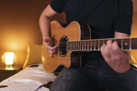 Photo pour Jeune homme, composer de la musique dans son mome. - image libre de droit