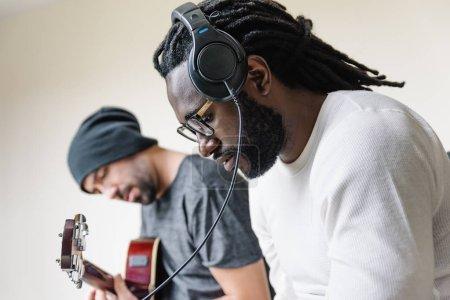 Photo pour Artistes à produire de la musique dans leur home studio sonore. - image libre de droit