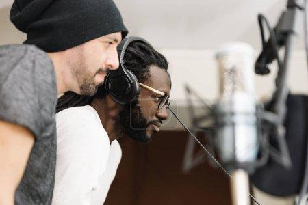 Foto de Artistas música en su estudio de sonido casero. - Imagen libre de derechos