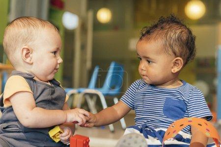Photo pour Babys jouant ensemble à l'école maternelle. - image libre de droit