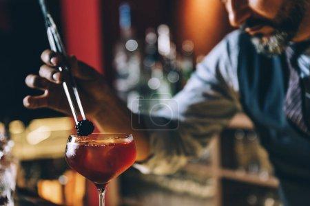 Barmann macht Cocktail im Nachtclub.