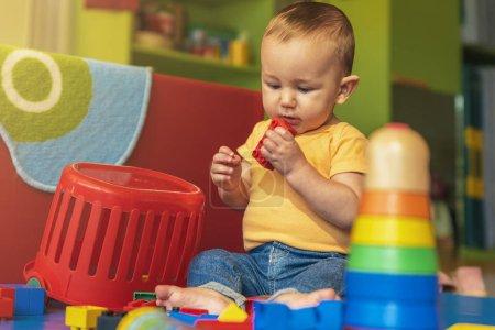 Photo pour Bébé heureux, jouer avec des blocs de jouets à l'école maternelle. - image libre de droit