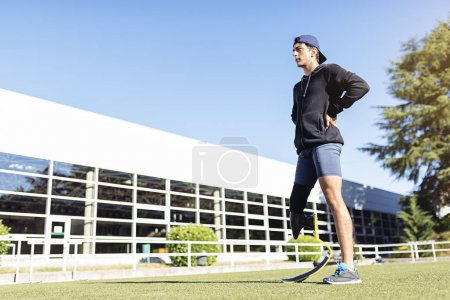 Photo pour Portrait d'athlète handicapé avec prothèse de jambe. Concept Sport paralympique. - image libre de droit