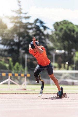 Photo pour Athlète handicapé formation avec prothèse de jambe. Concept Sport paralympique. - image libre de droit