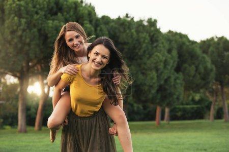 Photo pour De belles femmes qui s'amusent dans le parc. Amis et concept d'été. - image libre de droit