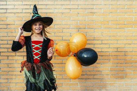 Photo pour Portrait de belle fille déguisée en sorcière dans la rue. Concept d'Halloween . - image libre de droit