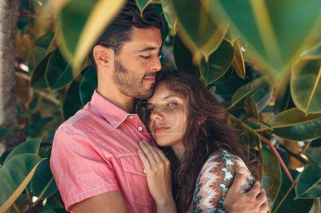 Photo pour La femme enceinte et le mari ensemble dans la nature - image libre de droit
