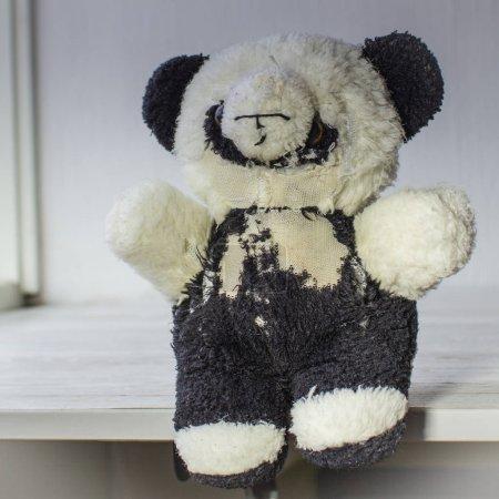 Photo pour Concept de protection des animaux. Peluche dilatée jouet panda - image libre de droit