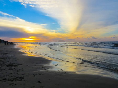 Photo pour Un coucher de soleil coloré sur la rive du golfe de Riga en Lettonie - image libre de droit