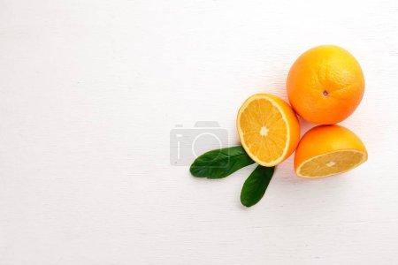 Photo pour Orange sur fond bois. Vue de dessus. Espace libre pour le texte . - image libre de droit