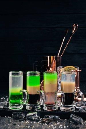 Photo pour Ensemble de cocktails alcoolisés. Bar. Sur un fond noir en bois. - image libre de droit