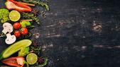 """Постер, картина, фотообои """"На фоне приготовления пищи. Набор специй и свежие овощи. Вид сверху. Свободное пространство для вашего текста. На фоне деревянные."""""""