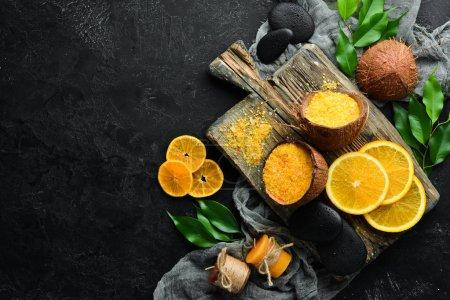 Photo pour Sel de mer orange avec un parfum d'orange. Soins en spa. Vue en haut. Espace de reproduction gratuit. - image libre de droit
