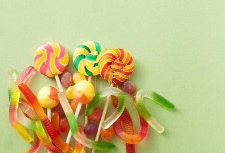 bunte bonbons fuer halloween auf gruenem