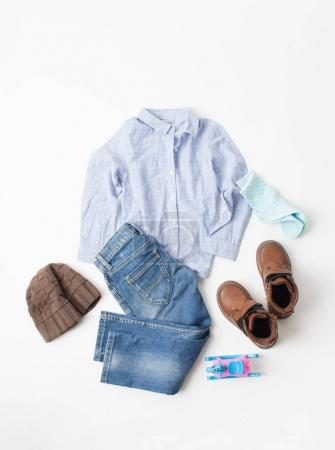Photo pour Placez les vêtements pour enfants d'automne sur un fond blanc. Un espace vide pour insérer du texte . - image libre de droit