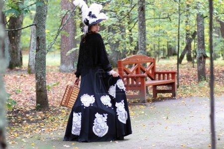 Photo pour Jolie jolie fille en vêtements vintage pour une promenade dans les grands marchands Place - image libre de droit