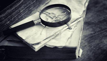 Photo pour Un vieux livre rétro sur la table. Une encyclopédie du passé sur un vieux comptoir en bois. Un vieux livre des bibiotiques, un folio, une constitution, une bible . - image libre de droit
