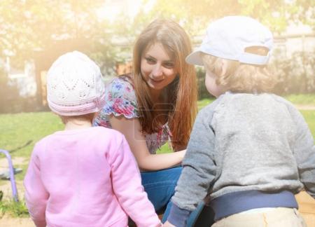 Photo pour Maman s'entretient avec les jumeaux enfants et leur dit comment agir - image libre de droit