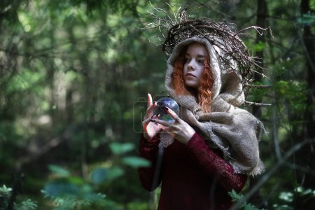 Photo pour Fortune-teller effectue un rituel dans les profondeurs de la forêt - image libre de droit