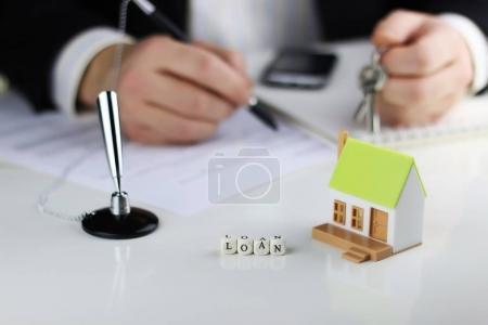 Photo pour Agents de la maison les mains une hypothèque de prêt contrat - image libre de droit