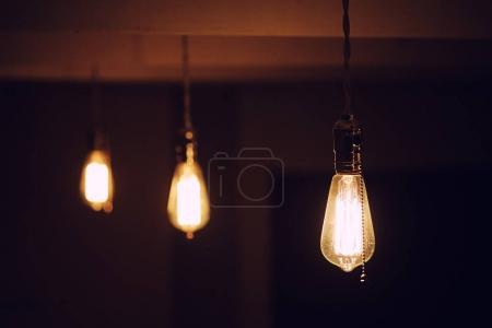 Photo pour Lampes avec filament de tungstène. Ampoule Edison. Filament dans des lampes vintage. Conception rétro des ampoules . - image libre de droit